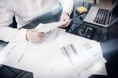 Process för arbete för riskledning Dokument för rapport för marknad för fotoaffärsman funktionsdugliga Använd den elektroniska ap Royaltyfria Bilder