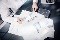 Process för arbete för riskledning Dokument för rapport för marknad för fotoaffärsmanarbete Använda elektroniska apparater Arbets Arkivfoton