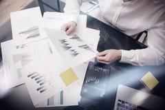 Process för arbete för riskledning Händer för dokument för statistik för fotobankir hållande Använda elektroniska apparater Arbet Royaltyfria Bilder
