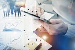 Process för bankirchefarbete Diagram för marknad för fotoanalytikerTrader arbete Använda elektroniska apparater Grafiska symboler Arkivfoto