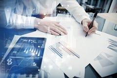Process för bankrörelsechefarbete Minnestavla för rapport för marknad för arbete för begreppsfotoaffärsman modern Använda den ele Royaltyfri Fotografi