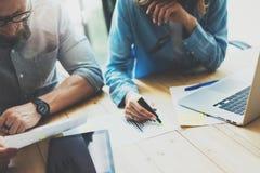 Process för Coworkerslagidékläckning i modern vind Projektchefen som bär exponeringsglas, kvinna gör anmärkningsmarkören idérikt Royaltyfria Foton