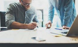 Process för Coworkerslagidékläckning i modernt kontor Projektchefen som bär exponeringsglas, man gör anmärkningsmarkören Barn Arkivbilder