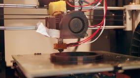 process för printing 3D med den plast- trådglödtråden på skrivaren 4K arkivfilmer