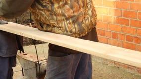 Process med vinkelmolar Mala av en mm för träbräde 20 för tillverkningen av möblemang och hyllor En gamal man är lager videofilmer
