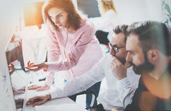 Process Sunny Office för Coworkersaffärsmöte Modernt begrepp för Closeupteamwork Ungdomarför grupp som tre diskuterar arkivfoto