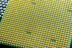 Processador do computador, pés do contato Placa eletrônica com componentes bondes Eletrônica do material informático fotos de stock royalty free
