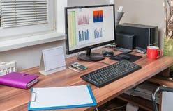 Processador e cartas da planilha no computador no escritório Fotos de Stock