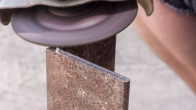 Processando bordas afiadas no metal vídeos de arquivo