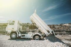 Processar av extraktion av krita i minen, spår lastar av, solljus Arkivbilder