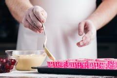 Processar av förberedelsen av muffinnärbilden på tabellen Horiz Arkivfoton