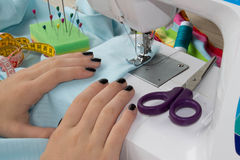 Processar av sömnaden på symaskinen syr den kvinnliga handsymaskinen symaskin- och kvinnligsax Arkivbild