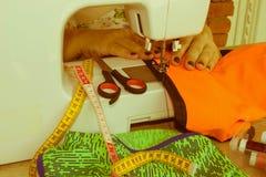 Processar av sömnaden på symaskinen syr symaskinen för händer för kvinna` s Kvinnlig skräddare som dragar lädermaterial på sömnad Arkivfoton