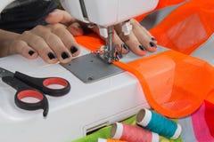 Processar av sömnaden på symaskinen syr symaskinen för händer för kvinna` s Kvinnlig skräddare som dragar lädermaterial på sömnad Royaltyfria Foton