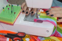 Processar av sömnaden på symaskinen syr symaskinen för händer för kvinna` s Kvinnlig skräddare som dragar lädermaterial på sömnad Fotografering för Bildbyråer