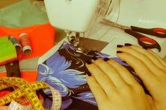 Processar av sömnaden på symaskinen syr kvinnlig handsewin Royaltyfri Foto