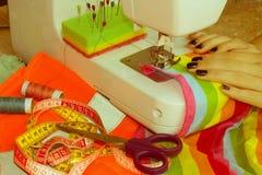 Processar av sömnaden på symaskinen syr kvinnlig handsewin Royaltyfria Foton