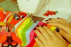 Processar av sömnaden på symaskinen syr sewi för händer för kvinna` s Royaltyfri Foto