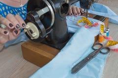 Processar av sömnaden på symaskinen syr symaskinen för händer för kvinna` s Fotografering för Bildbyråer
