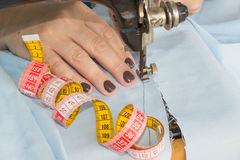 Processar av sömnaden på symaskinen syr symaskinen för händer för kvinna` s Arkivfoto