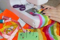Processar av sömnaden på symaskinen syr symaskinen för händer för kvinna` s kvinnaskräddare som dragar lädermaterial på sömnadmac Fotografering för Bildbyråer