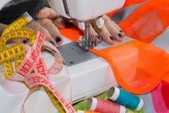 Processar av sömnaden på symaskinen syr symaskinen för händer för kvinna` s Kvinnlig skräddare som dragar lädermaterial på sömnad Royaltyfri Fotografi