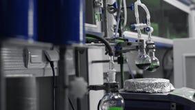 Processar för kemilaboratorium Kemisk reaktion, lösning i rör eller flaska stock video