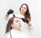 Processar som färgar hår Arkivfoton