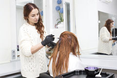Processar som färgar hår Arkivbild