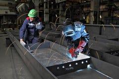 Processe a soldadura de gás na planta para a produção de estruturas da ponte Foto de Stock