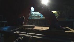 Processen av att arbeta trä stock video