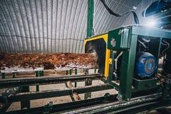 Processen av att bearbeta med maskin loggar in en maskin Royaltyfri Fotografi