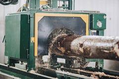 Processen av att bearbeta med maskin loggar in en maskin Royaltyfri Bild