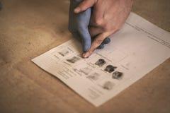 Processen av att få prövkopior av fingeravtryckhänder för ytterligare studie royaltyfri foto