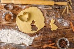 Processen av att förbereda figurerade kakor för påsk Royaltyfria Foton