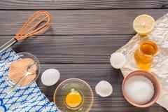 Processen av att göra hemlagad majonnäs Ägg, olja och andra ingredienser royaltyfria foton