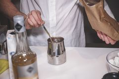 Processen av att göra kakao i en special apparatur fotografering för bildbyråer