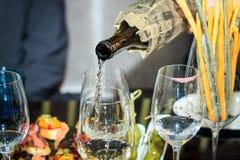 Processen av att hälla vitt vin blind avsmakning Fotografering för Bildbyråer
