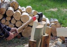 Processen av att klippa trä med en köttyxa Royaltyfri Fotografi