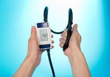 Processen av att mäta blodtryck Arkivfoton