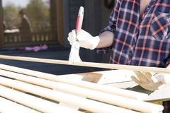 Processen av att måla en trälist utomhus Hem- renoveringbegrepp fotografering för bildbyråer
