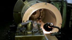 Processen av att mala cylindriska delar för stor metall i produktion stock video