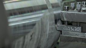 Processen av att mala cylindriska delar för stor metall i produktion arkivfilmer