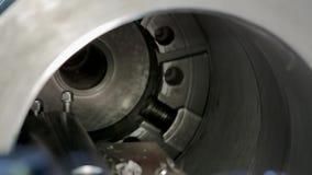 Processen av att mala cylindriska delar för stor metall i produktion lager videofilmer