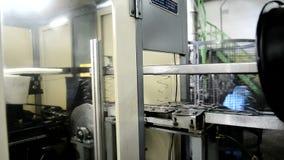 Processen av att producera metall fjädrar i möblemangfabrik inomhus arkivfilmer