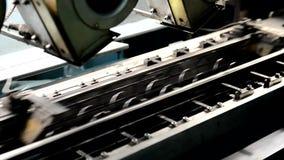 Processen av att producera metall fjädrar på möblemangfabriken inomhus lager videofilmer