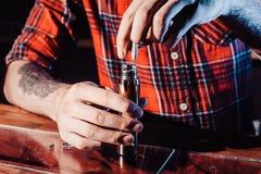 Processen av att serva den mekaniska vapeapparaten Förlagen byter ut tråd för att röka Ecig rapairing process Royaltyfri Bild