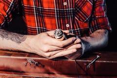 Processen av att serva den mekaniska vapeapparaten Förlagen byter ut tråd för att röka Ecig rapairing process Royaltyfria Foton