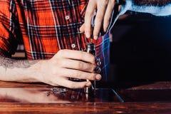 Processen av att serva den mekaniska vapeapparaten Förlagen byter ut tråd för att röka Ecig rapairing process Royaltyfria Bilder