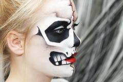 Processen av att skapa makeup för allhelgonaafton Royaltyfri Bild